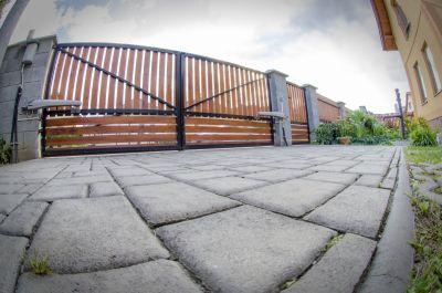 Rekonštrukcia fasády a cokla, chodník a parkovisko zo zámkovej dlažby, schody z keramickej dlažby, Smižany