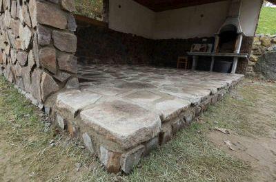 Kamenný obklad a podlaha v altánku z andezitu, Terchová